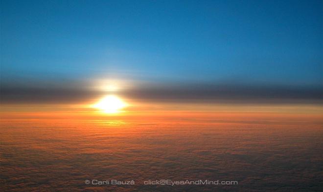 Amanecer sobre las nubes